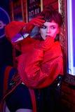 La fille dans la barre au néon ont l'amusement Photographie stock libre de droits