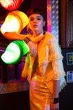 La fille dans la barre au néon ont l'amusement Photos stock