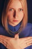 La fille dans la chemise bleue montre l'oiseau avec des mains Portrait de studio Photos stock