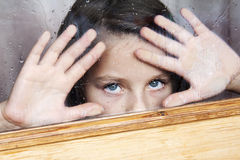 La fille dans la fenêtre photo stock
