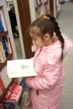 La fille dans la librairie Photographie stock