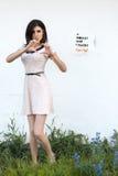 La fille dans la robe blanche montre le geste de coeur Image libre de droits