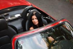La fille dans la voiture Photo stock