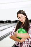 La fille dans le bowling Image stock