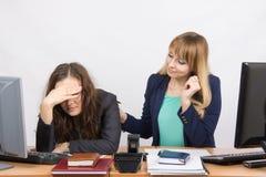 La fille dans le bureau calme le collègue écarté Photos stock