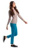 La fille dans le chandail marche Image libre de droits