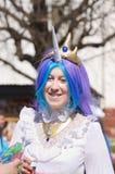 La fille dans le costume de princesse Celestia du festival des bulles de savon Images stock