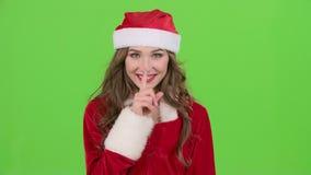 La fille dans le costume rouge de la jeune fille de neige gronde et dirige son doigt un peu plus tranquillement Écran vert Fin ve banque de vidéos