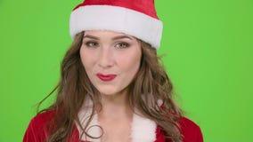 La fille dans le costume rouge de la jeune fille de neige gronde et dirige son doigt un peu plus tranquillement Écran vert Fin ve clips vidéos