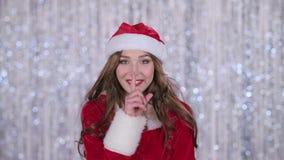 La fille dans le costume rouge de la jeune fille de neige gronde et dirige son doigt un peu plus tranquillement Fond de Bokeh banque de vidéos