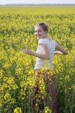La fille dans le domaine des fleurs sauvages Photos stock