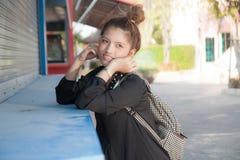 La fille dans le magasin de rue photo stock