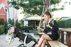 La fille dans le magasin de rue photographie stock