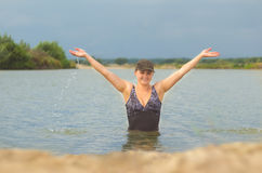 La fille dans le maillot de bain hors de l'eau Images libres de droits