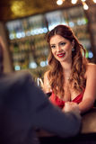 La fille dans le restaurant célèbrent le jour du ` s de Valentine Photo stock