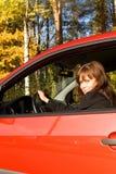 La fille dans le véhicule rouge Images stock
