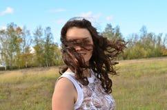 La fille dans le vent photographie stock libre de droits