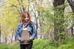 La fille dans les bois Photos stock
