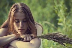 La fille dans les bois Images stock