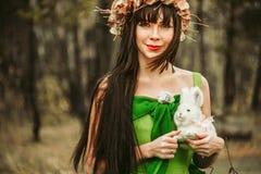 La fille dans les bois avec un jouet Images libres de droits