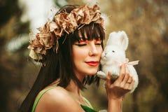 La fille dans les bois avec un jouet Photographie stock