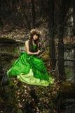 La fille dans les bois avec un jouet Photos libres de droits