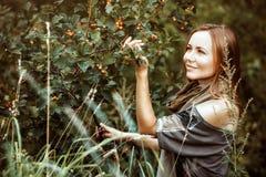 La fille dans les buissons heureux Images libres de droits