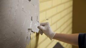 La fille dans les gants blancs met un mur devant la réparation Spatule, plâtre Murs lisses clips vidéos