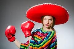 La fille dans les gants vifs mexicains de poncho et de boîte photographie stock libre de droits