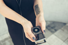 La fille dans les mains tient le joueur Photographie stock