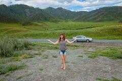 La fille dans les montagnes Image libre de droits
