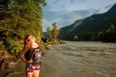 La fille dans les shorts à la rivière Photo libre de droits