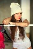 La fille dans un chapeau tricoté par blanc Images libres de droits