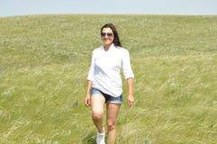 La fille dans un chemisier blanc et les lunettes de soleil en été mettent en place Images libres de droits