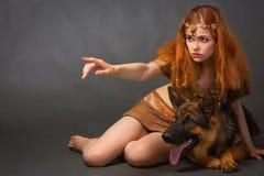 La fille dans un costume avec un chien image stock