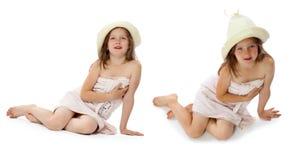 La fille dans un essuie-main se baignant et un capuchon Images libres de droits