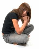 La fille dans un gilet noir s'assied sur un étage photos libres de droits