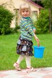 La fille dans un jardin avec une position de jouet photos stock