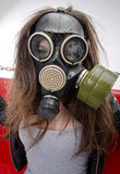 La fille dans un masque de gaz. Photos stock