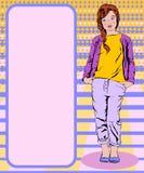 La fille dans un T-shirt jaune et un pantalon pourpre d'une veste pourpre se tient Photo libre de droits