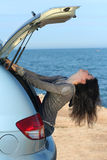La fille dans un transporteur de bagage de véhicule Photos stock
