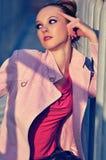 La fille dans une couche rose Photographie stock