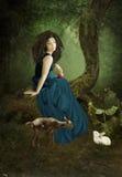 La fille dans une forêt photographie stock