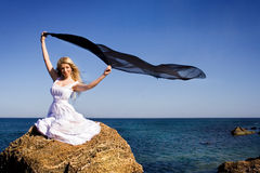 La fille dans une prise blanche de robe Images stock
