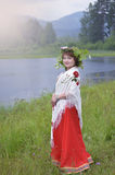 La fille dans une robe rouge et une écharpe sur des épaules Photographie stock
