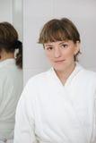 La fille dans une salle de bains Image libre de droits