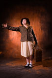 La fille dans une veste tient un sac lourd Image stock