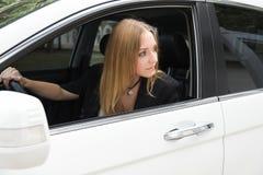 La fille dans la voiture photo libre de droits