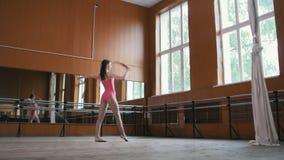 La fille danse avec le fouet - gymnaste modèle exécutez l'exercice de cirque - vidéo avec le bruit banque de vidéos