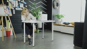 La fille de charme est livre de lecture dans le bureau banque de vidéos